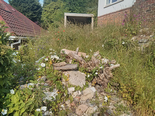 Rubble-and-flowers